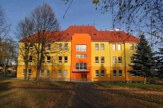 Budova 1. stupně (zde najdete žáky 1. - 4. tříd, jejich učitele), kde se nachází i jídelna a základní umělecká škola.